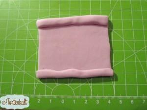 """für den faltigen """"Knoten"""" ein Rechteck mit ca. 7x9 cm ausrollen und die 2 Kanten rechts und links ankleben"""