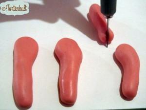 in die 4 Haxerl mit einem Cutter oder Messer einen Schlitz für die Pfoten schneiden