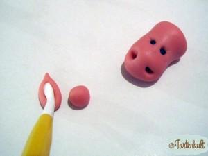 Mit dem Veinertool (das, mit dem auch die Ohren geformt werden) kleine Löcher für die Ohren formen